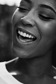 Gros plan d'une femme noire joyeuse