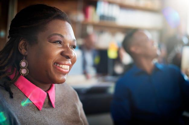 Gros plan d'une femme noire souriante joyeuse sur le lieu de travail