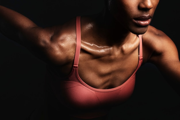 Gros plan d'une femme noire en tenue de sport