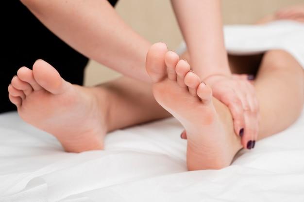 Gros plan, femme, obtenir, une, jambe, massage