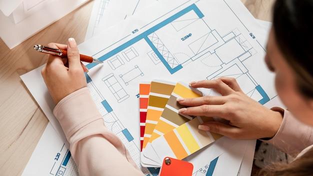 Gros plan femme avec palette de couleurs