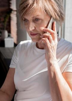 Gros plan femme parlant au téléphone