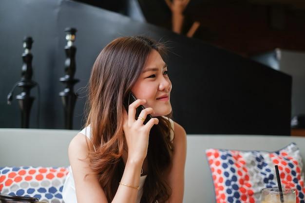 Gros plan femme parlant sur smartphone