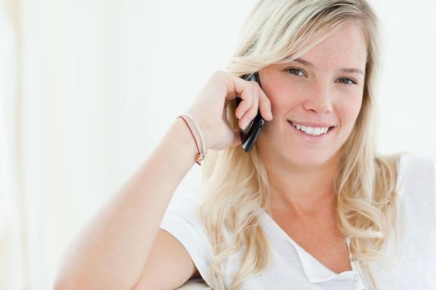 Gros plan d'une femme parlant sur son téléphone