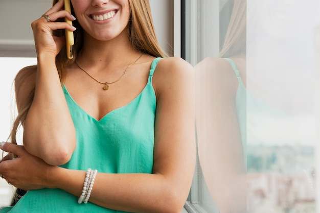 Gros plan, femme, parler, téléphone