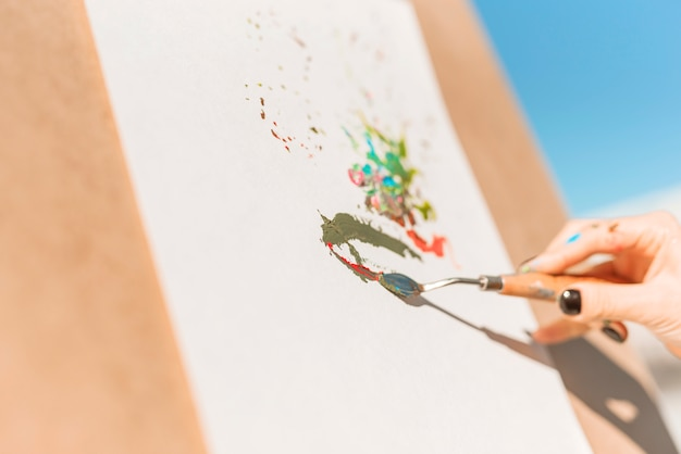 Gros plan, femme, peinture, dehors