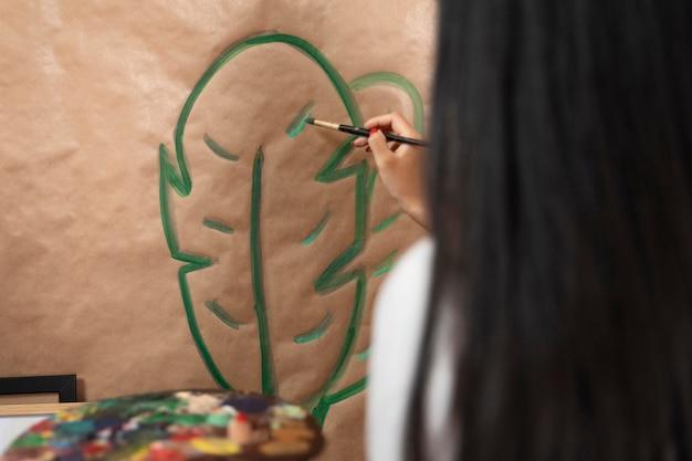 Gros plan, femme, peinture, feuille