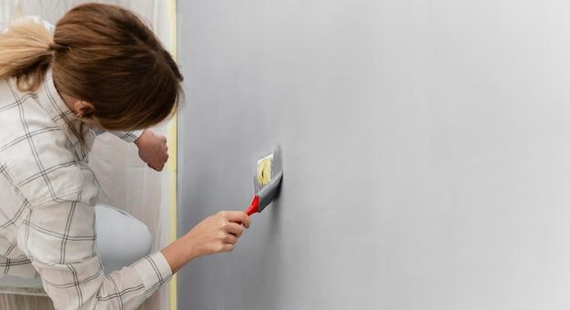 Gros plan femme peinture avec pinceau