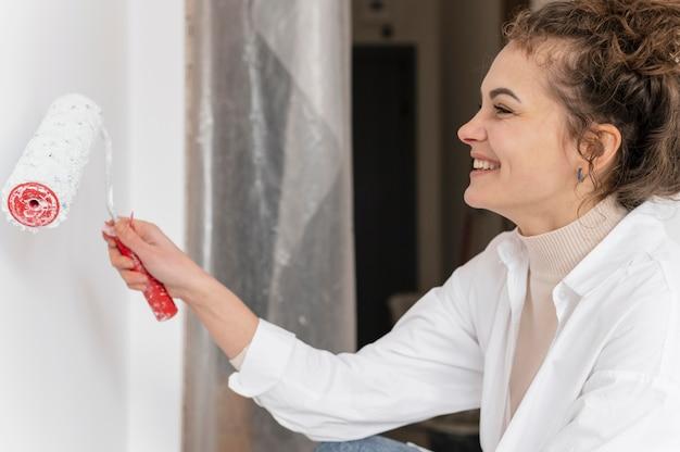 Gros plan femme peinture avec rouleau