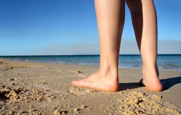Gros plan de femme pieds sur la plage