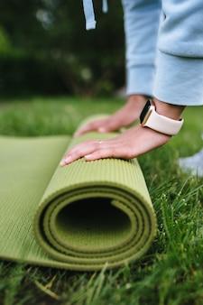 Gros plan, de, femme, pliage, rouleau, fitness, après, travailler dehors, dans parc