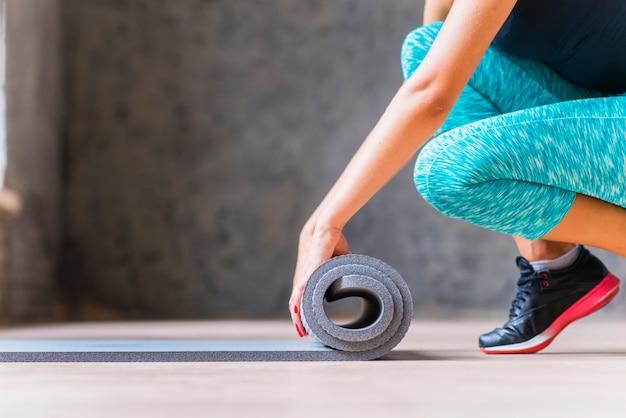 Gros plan, femme, plier, yoga, tapis