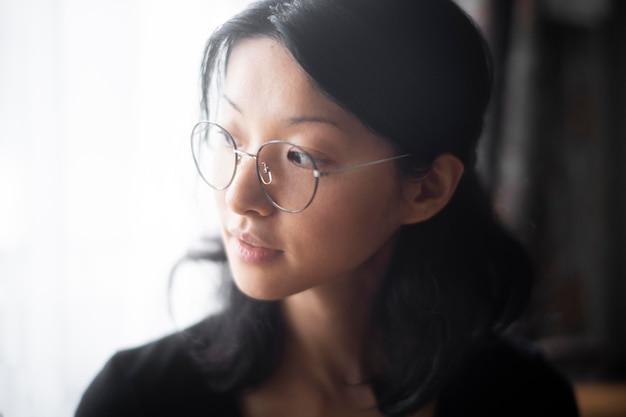 Gros plan femme portant des lunettes