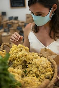 Gros plan femme portant un masque sur le marché