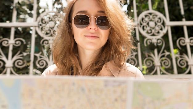 Gros plan, femme, porter, lunettes soleil