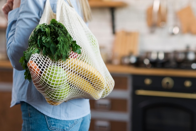 Gros plan, femme, porter, réutilisable, sac, organique, épicerie