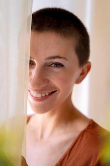 Gros plan femme posant derrière le rideau