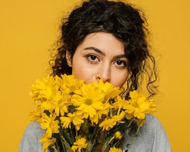 Gros plan, femme, poser, à, fleurs