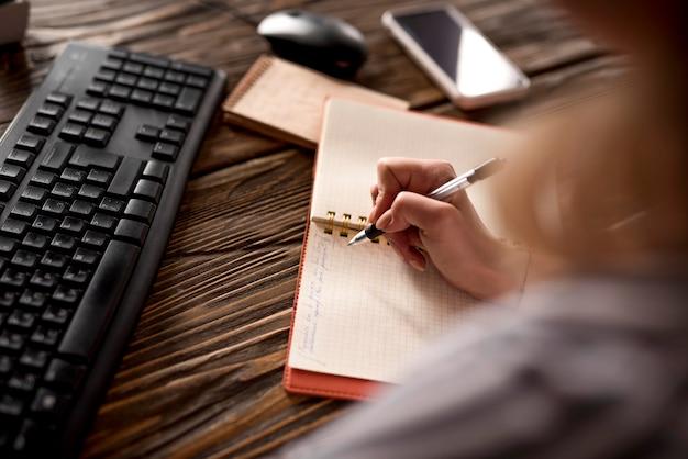 Gros plan, femme, prendre, notes, agenda