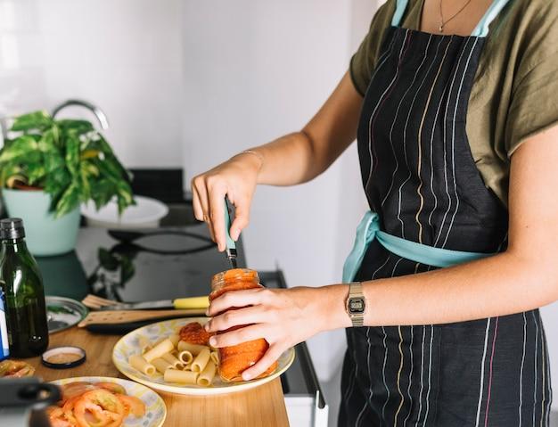 Gros plan, femme, préparation, pâtes, cuisine