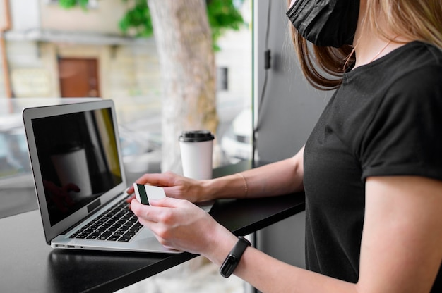 Gros plan femme prête à acheter en ligne