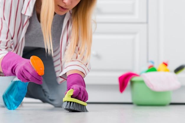 Gros plan, femme, pulvérisation, nettoyage, plancher