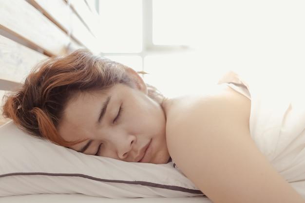 Gros Plan D'une Femme Qui Dort Sur Son Lit Blanc Concept De Somnolent Photo Premium