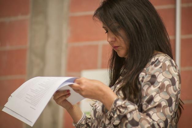 Gros plan d'une femme qui lit un papier