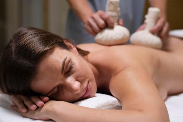 Gros plan femme recevant un traitement spa