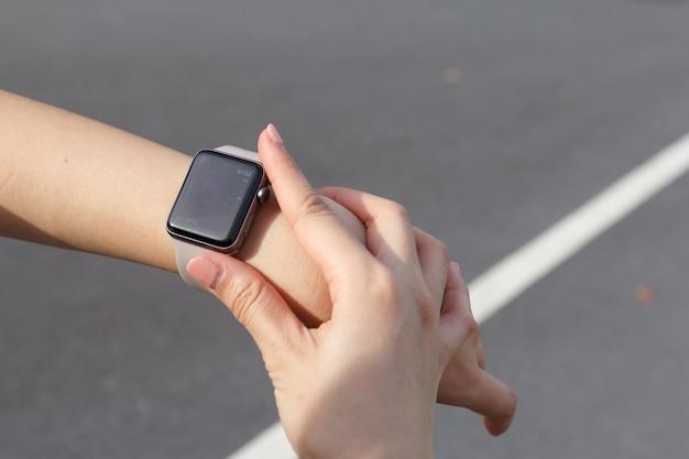 Gros plan femme regardant la fréquence cardiaque sur la montre intelligente.