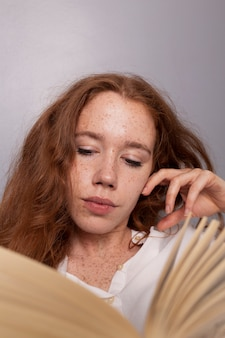 Gros plan, femme rousse, lecture