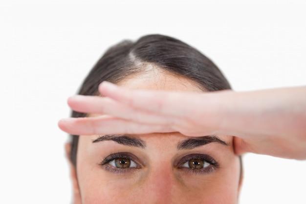 Gros plan d'une femme avec sa main sur son front