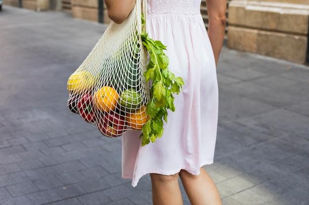 Gros plan femme sac de transport avec des légumes
