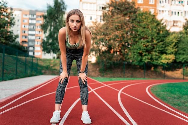 Gros plan sur la femme se prépare à courir