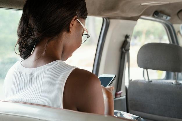 Gros plan, femme, séance, dans voiture