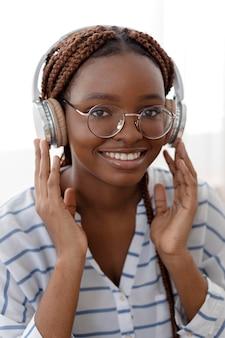 Gros plan femme souriante avec un casque