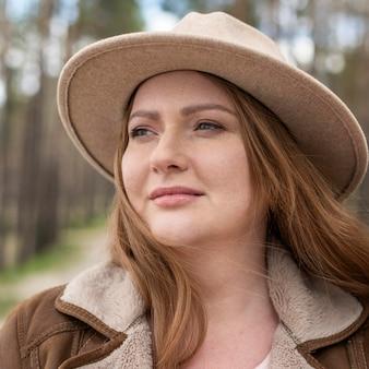 Gros plan, femme souriante, à, chapeau