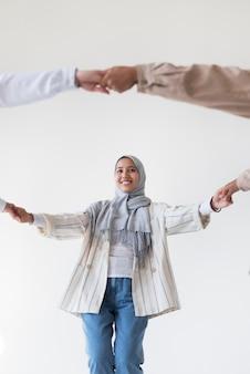 Gros plan femme souriante main dans la main