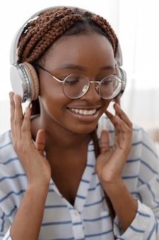 Gros plan femme souriante portant des écouteurs