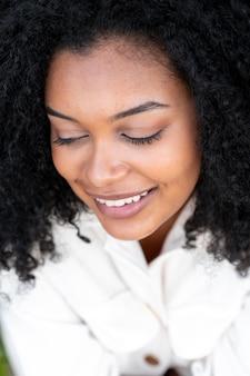 Gros plan femme souriante posant