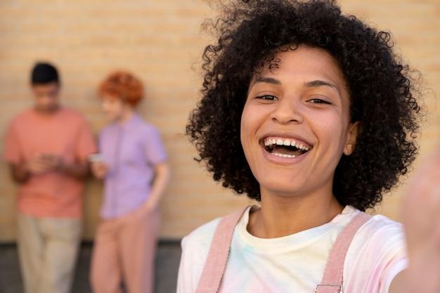 Gros plan femme souriante prenant selfie