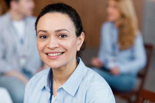 Gros plan femme souriante en thérapie
