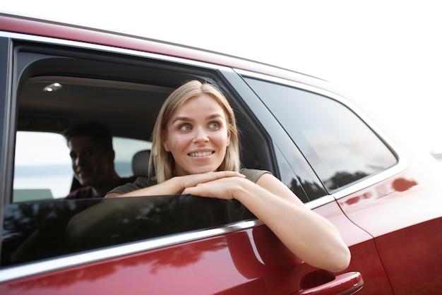 Gros plan femme souriante en voiture