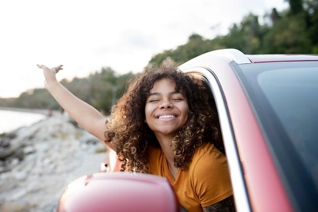 Gros plan femme souriante voyageant