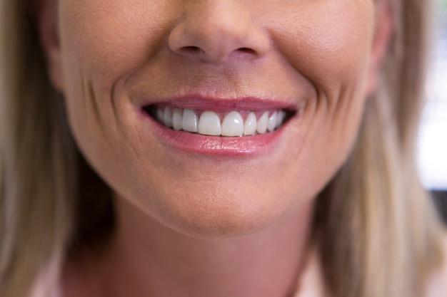 Gros plan, de, femme souriante