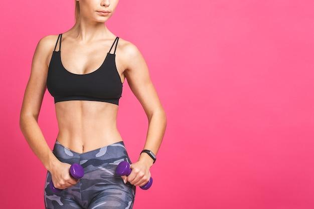 Gros plan d'une femme sportive fait les exercices avec des haltères