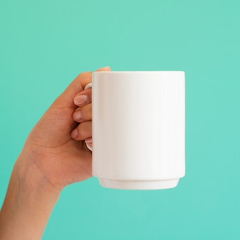 Gros plan femme avec une tasse blanche
