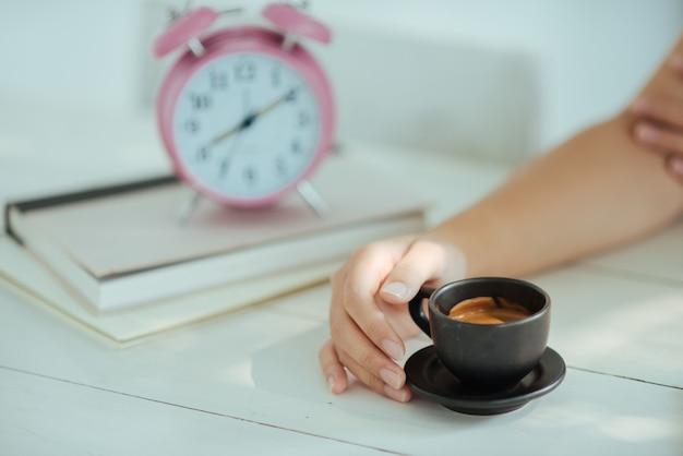 Gros plan femme avec une tasse de café au café
