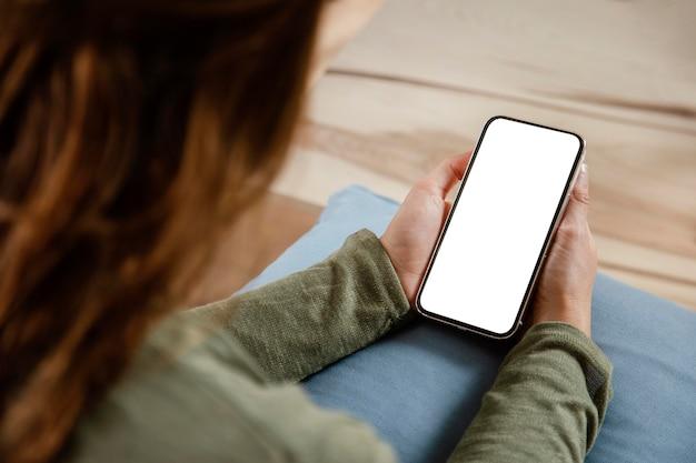 Gros plan femme avec téléphone