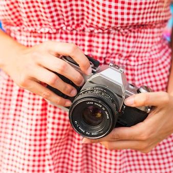 Gros plan, de, femme, tenant appareil photo, dans main